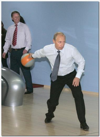 Vladimir putin joue dans un bowling switch